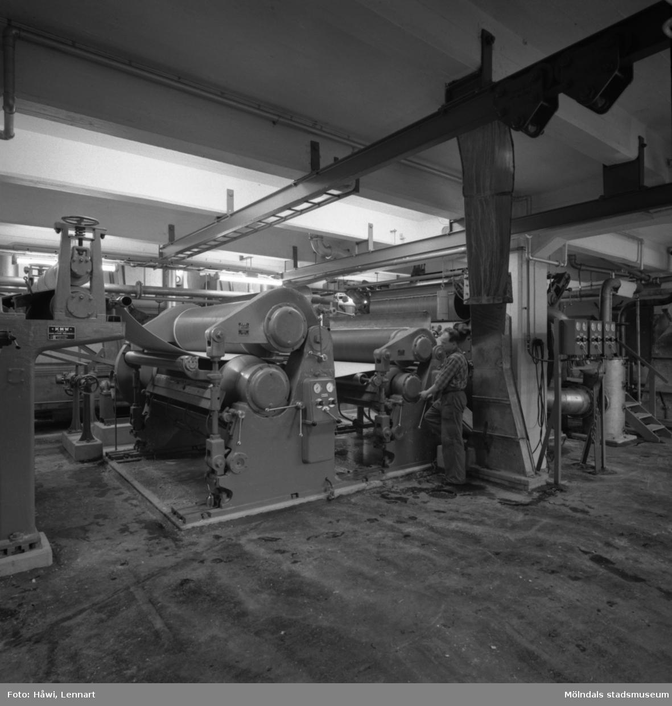 Man i arbete vid upptagningsmaskin på Papyrus i Mölndal, 18/12 1957.
