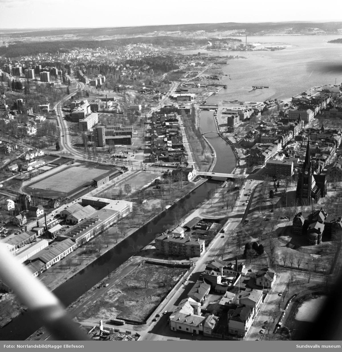 Flygfoto över staden från Sundsvalls verkstäder och österut, med det gamla Norrmalmsområdet i centrum.