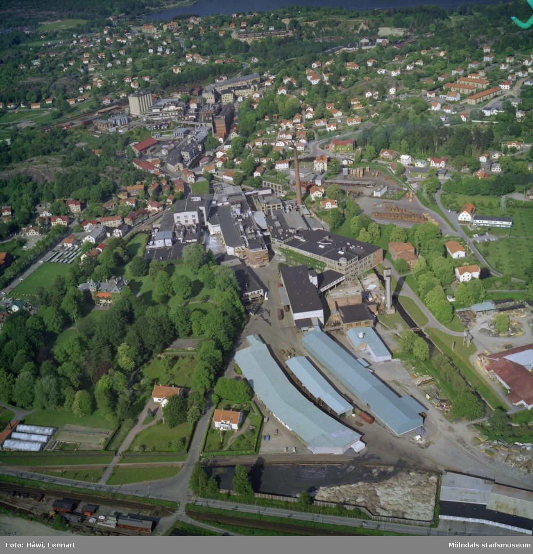 Flygfoto över Papyrus fabriksområde i Mölndal, 9/6 1969. I bildens högerkant syns Yngeredsfors fruktodlingar.