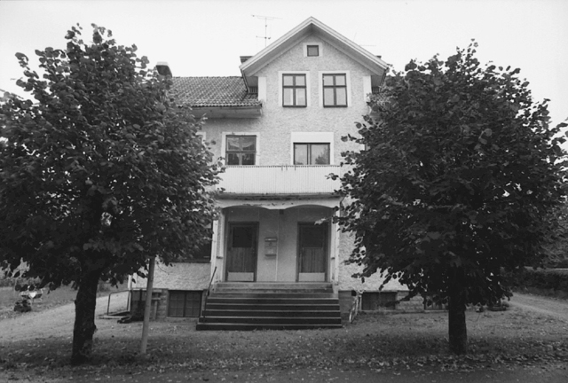 Liten dokumentation av den nedlagda posten i Gårdsjö, beläget mellan Laxå och Falköping. Gårdsjö var en Sveriges största omlastningsstationer, från bredspårig bana till smalspårig. Exteriör av huset som Posten var inrymd i. Lokalen var på nedre botten till vänster.