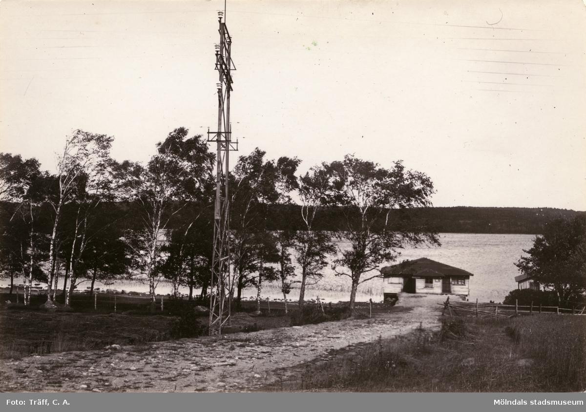 Kraftledning och stenlagd väg på Stretereds marker. Tulebotvätten tillhörde Stetered sjukhem. Stugan revs under 1930-talet.
