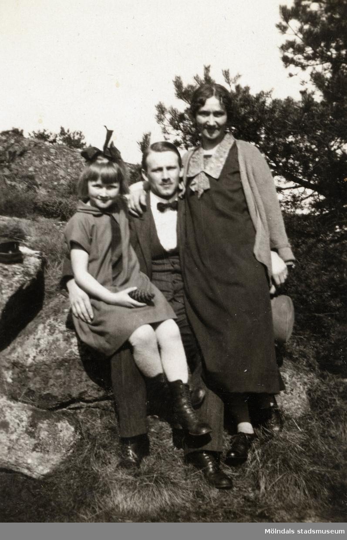 Familjen Börjesson Hallgren. Från vänster Elna Börjesson, Gustaf Adolf Hallgren och Hilda (Lisa) Börjesson Hallgren. Fotografi ur album som tillhört Hilda Börjesson Hallgren.