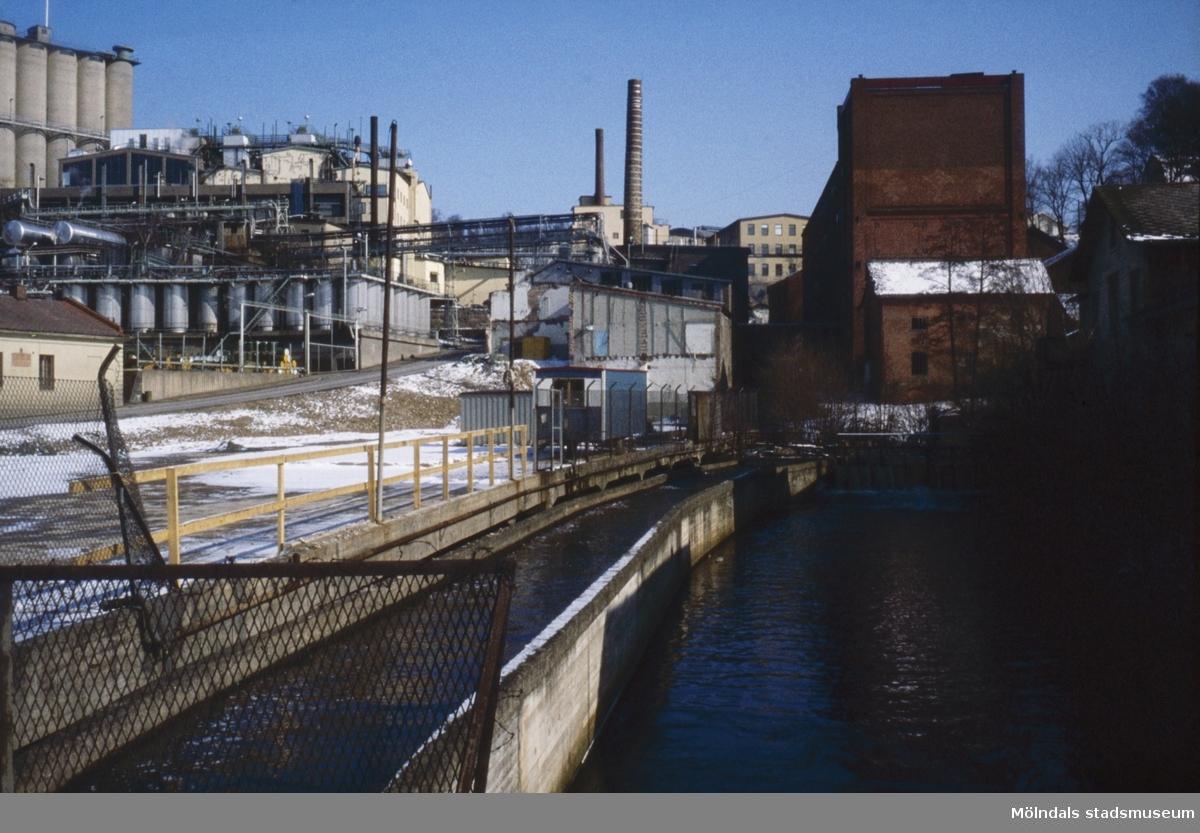 Kvarnbyfallet sett från Forsebron i Mölndal, 1970-tal. Till vänster ses Soabs fabriksbyggnader vid Kråkan, till höger Eisers fabriksbyggnad vid Götaforsliden.