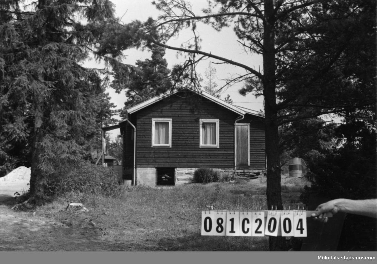 Byggnadsinventering i Lindome 1968. Knipered 3:12. Hus nr: 081C2004. Benämning: permanent bostad och redskapsbod. Kvalitet, bostadshus: god. Kvalitet, redskapsbod: mindre god. Material: trä. Övrigt: bildelar, fat, skräp i stora mängder. Tillfartsväg: framkomlig.