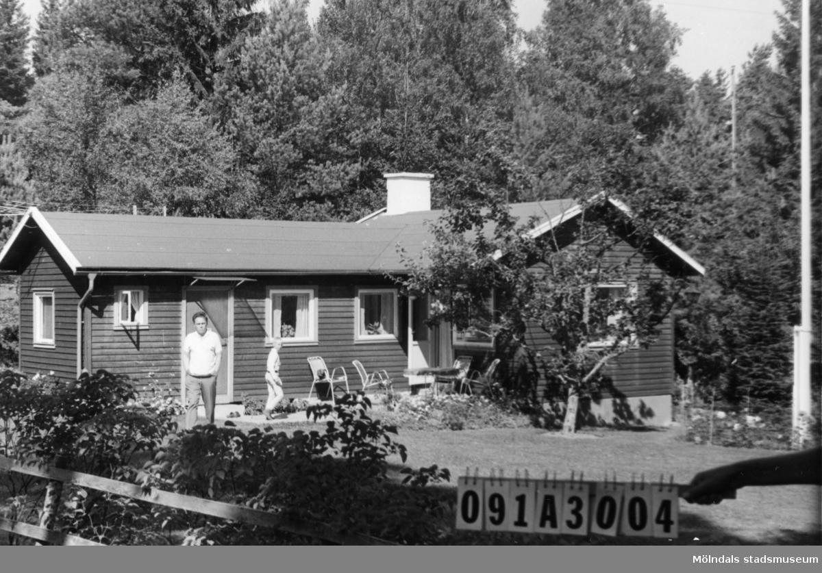 Byggnadsinventering i Lindome 1968. Hällesåker 5:9. Hus nr: 091A3004. Benämning: fritidshus och redskapsbod. Kvalitet, fritidshus: mycket god. Kvalitet, redskapsbod: mindre god. Material: trä. Tillfartsväg: framkomlig. Renhållning: soptömning.