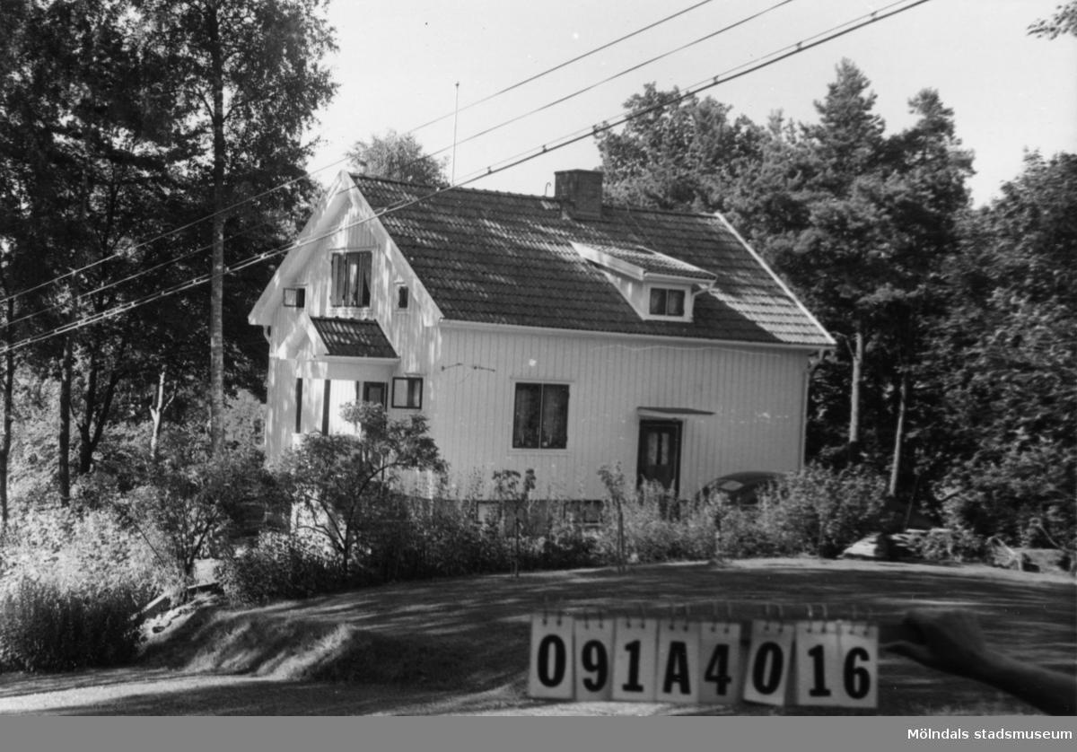 Byggnadsinventering i Lindome 1968. Hällesåker 2:10. Hus nr: 091A4016. Benämning: permanent bostad. Kvalitet: mycket god. Material: trä. Tillfartsväg: framkomlig. Renhållning: soptömning.