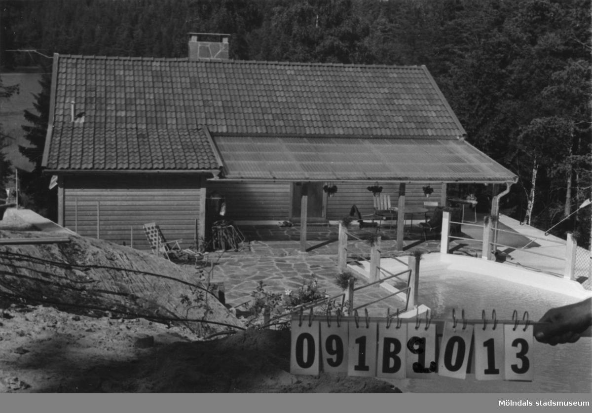 Byggnadsinventering i Lindome 1968. Greggered 3:14. Hus nr: 091B2013. Benämning: fritidshus. Kvalitet: mycket god. Material: trä. Övrigt: swimmingpool. Stora cementytor mot sjön. Fint från vägen. Tillfartsväg: framkomlig. Renhållning: soptömning.