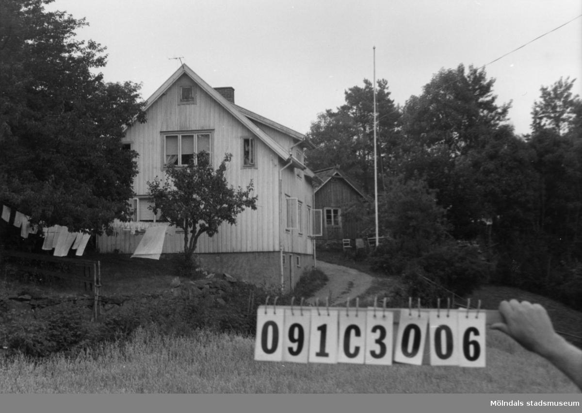 Byggnadsinventering i Lindome 1968. Långö 1:1. Hus nr: 091C3006. Benämning: permanent bostad, ladugård, två redskapsbodar och garage. Kvalitet, bostadshus och garage: god. Kvalitet, ladugård och redskapsbodar: mindre god. Material: trä. Övrigt: lekstuga. Tillfartsväg: framkomlig.