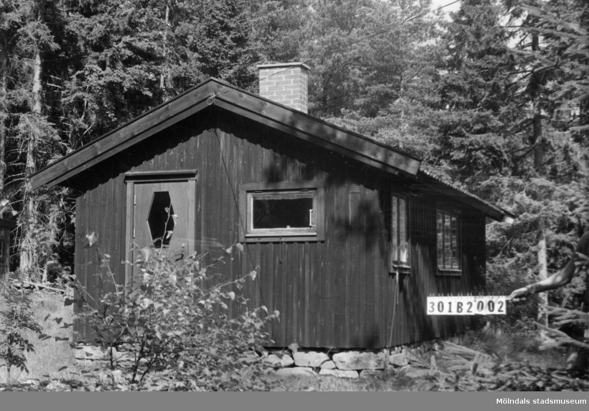 Byggnadsinventering i Lindome 1968. Holmen 1:16. Hus nr: 091C3008. Benämning: fritidshus och redskapsbod. Kvalitet, fritidshus: god. Kvalitet, redskapsbod: dålig. Material: trä. Övrigt: till synes oanvänd. Tillfartsväg: ej framkomlig. Renhållning: ej soptömning.