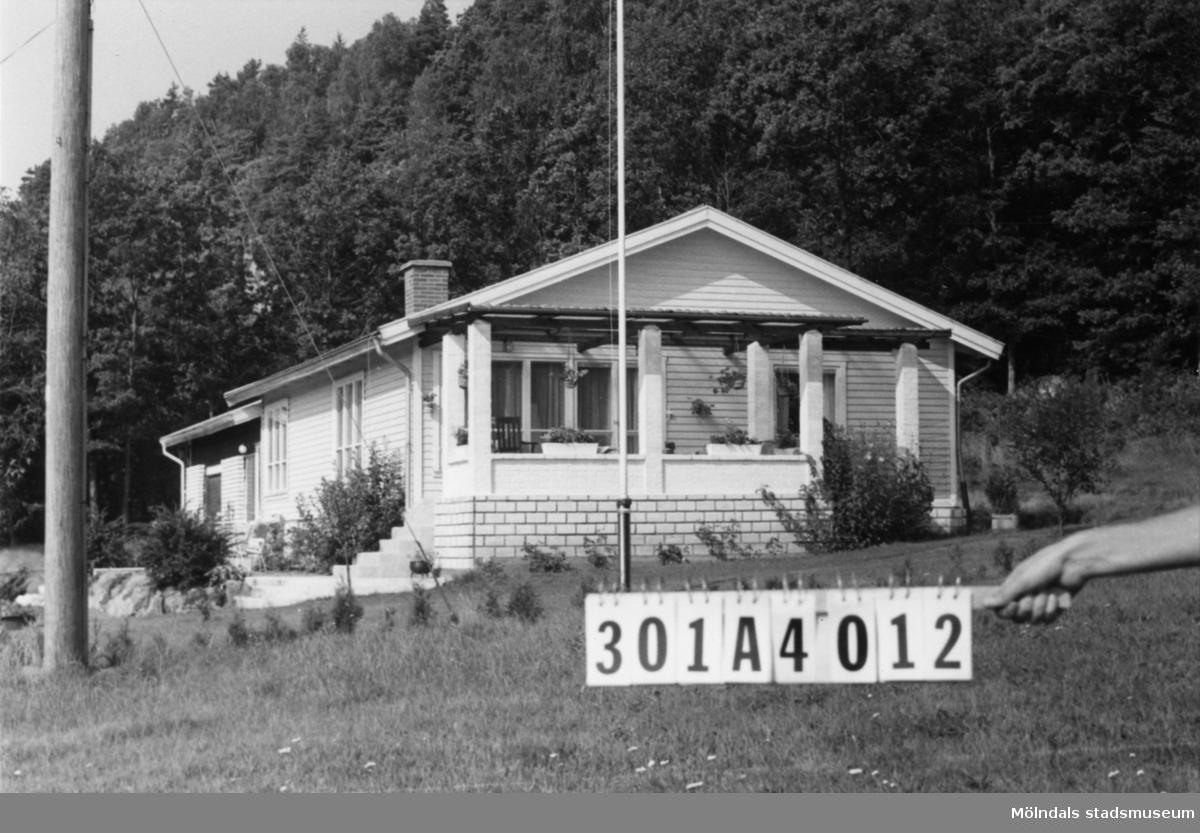 Byggnadsinventering i Lindome 1968. Inseros 1:72. Hus nr: 301A4012. Benämning: permanent bostad. Kvalitet: mycket god. Material: trä, kalksand. Tillfartsväg: framkomlig.