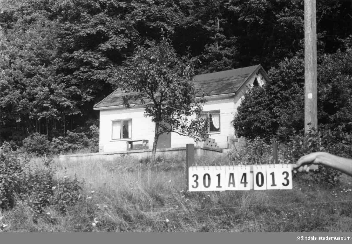 Byggnadsinventering i Lindome 1968. Inseros 1:9. Hus nr: 301A4013. Benämning: fritidshus och redskapsbod. Kvalitet. fritidshus: mindre god. Kvalitet, redskapsbod: god. Material, fritidshus: eternit.Material, redskapsbod: trä. Tillfartsväg: framkomlig.