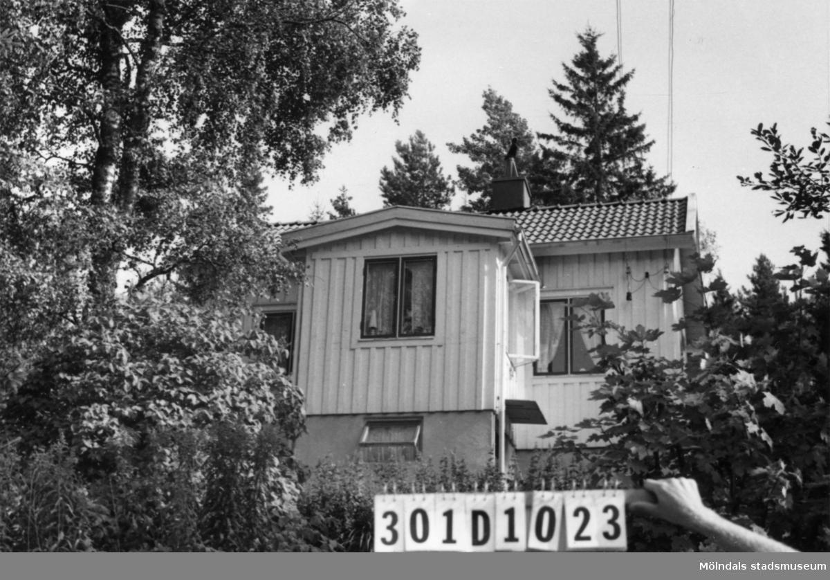 Byggnadsinventering i Lindome 1968. Inseros 1:23. Hus nr: 301D1023. Benämning: fritidshus och redskapsbod. Kvalitet, fritidshus: god. Kvalitet, redskapsbod: mindre god. Material: trä. Tillfartsväg: framkomlig. Renhållning: soptömning.