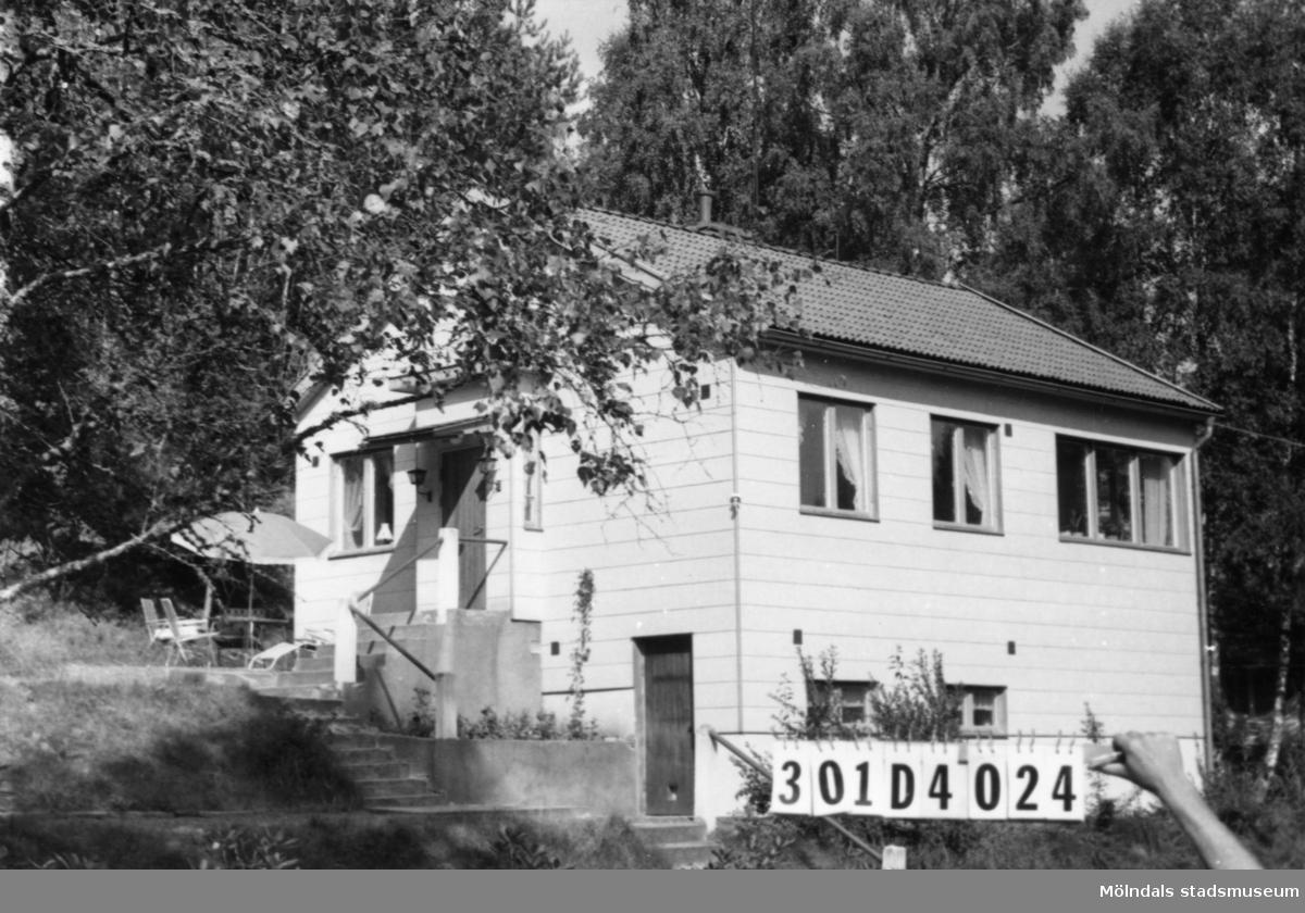 Byggnadsinventering i Lindome 1968. Inseros 1:33. Hus nr: 301D4024. Benämning: permanent bostad. Kvalitet: mycket god. Material: eternit. Övrigt: lekstuga. 2 vån. lite väl mastigt. Tillfartsväg: framkomlig. Renhållning: soptömning.