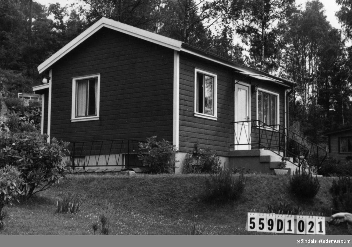 Byggnadsinventering i Lindome 1968. Långås 1:24. Hus nr: 559D1021. Benämning: fritidshus. Kvalitet: god. Material: trä. Tillfartsväg: framkomlig. Renhållning: soptömning.