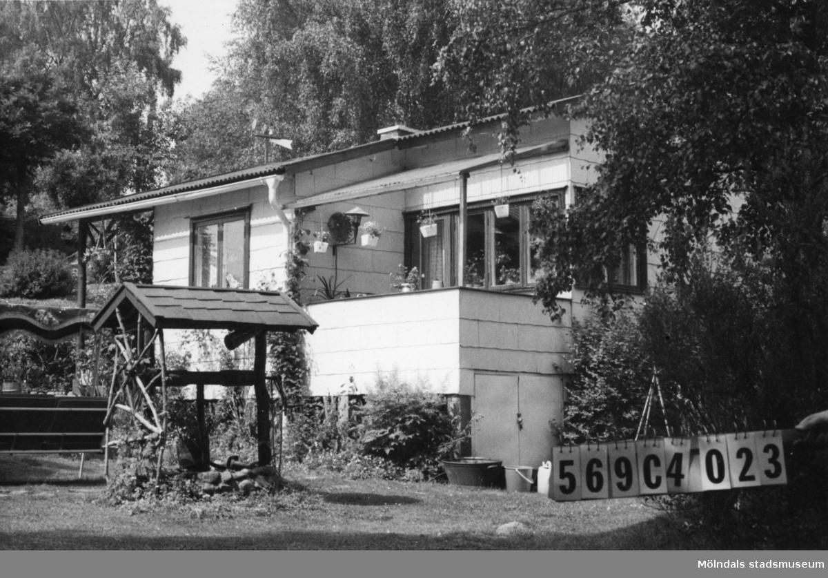 Byggnadsinventering i Lindome 1968. Gårda 2:31. Hus nr: 569C4023. Benämning: fritidshus och redskapsbod. Kvalitet: god. Material, fritidshus: eternit. Material, redskapsbod: trä. Tillfartsväg: framkomlig. Renhållning: soptömning.