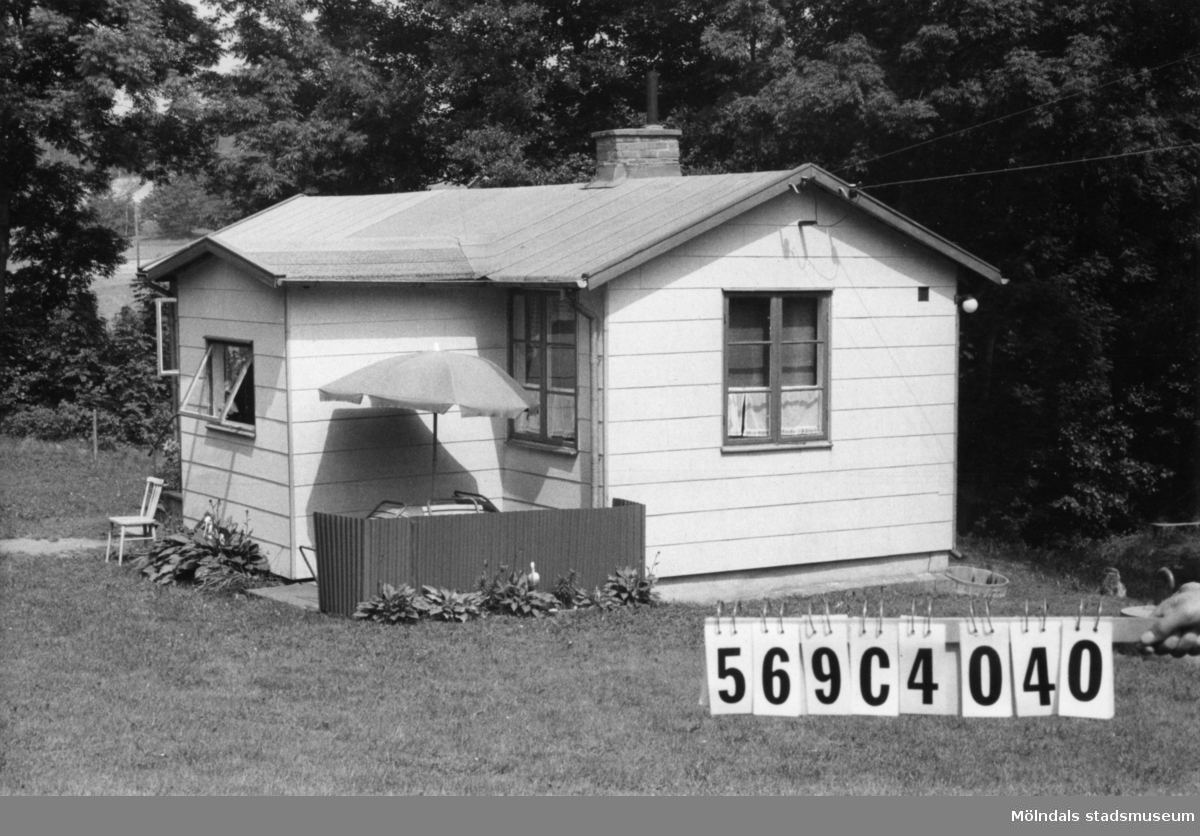 Byggnadsinventering i Lindome 1968. Gårda 2:61. Hus nr: 569C4040. Benämning: fritidshus. Kvalitet: god. Material: eternit. Tillfartsväg: framkomlig. Renhållning: soptömning.