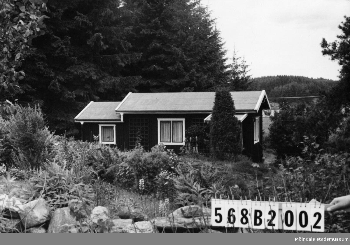 Byggnadsinventering i Lindome 1968. Skäggered 1:24. Hus nr: 568B2002. Benämning: fritidshus och redskapsbod. Kvalitet, fritidshus: mycket god. Kvalitet, redskapsbod: mindre god. Material: trä. Övrigt: mycket väl anpassat. Tillfartsväg: framkomlig. Renhållning: ej soptömning.