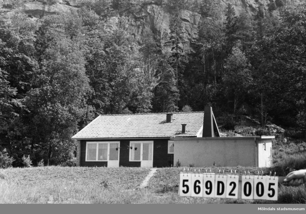 Byggnadsinventering i Lindome 1968. Lindome (2:3). Hus nr: 569D2005. Benämning: permanent bostad. Kvalitet: mycket god. Material: trä, gult tegel. Tillfartsväg: framkomlig. Renhållning: soptömning.