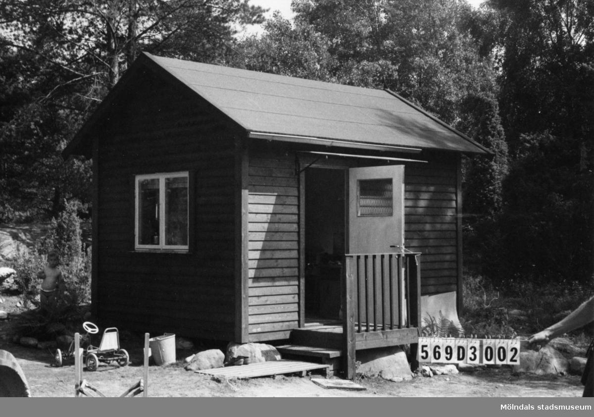 Byggnadsinventering i Lindome 1968. Berget (1:11). Hus nr: 569D3002. Benämning: fritidshus och redskapsbod. Kvalitet, fritidshus: mycket god. Kvalitet, redskapsbod: dålig. Material: trä. Tillfartsväg: ej framkomlig.