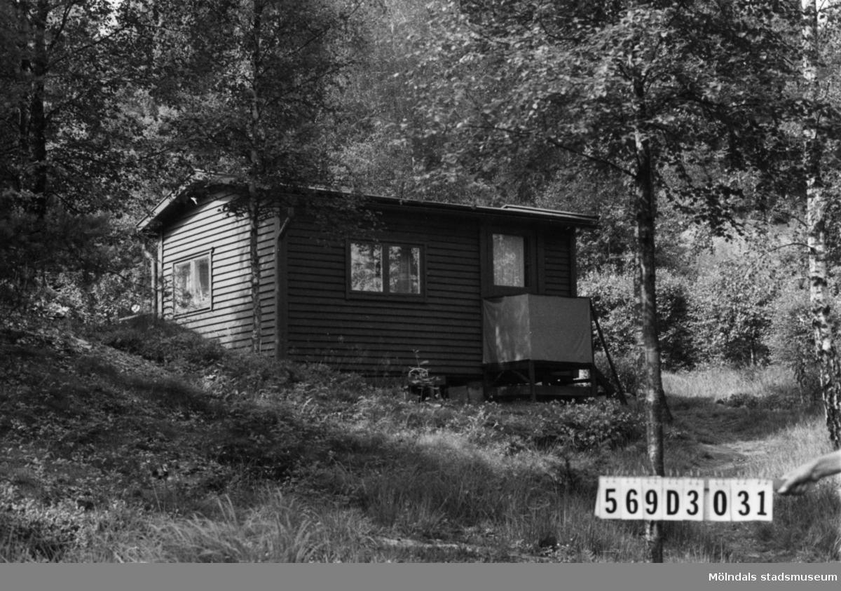 Byggnadsinventering i Lindome 1968. Berget 1:54. Hus nr: 569D3031. Benämning: fritidshus och redskapsbod. Kvalitet, fritidshus: god. Kvalitet, redskapsbod: mindre god. Material: trä. Tillfartsväg: framkomlig. Renhållning: soptömning.