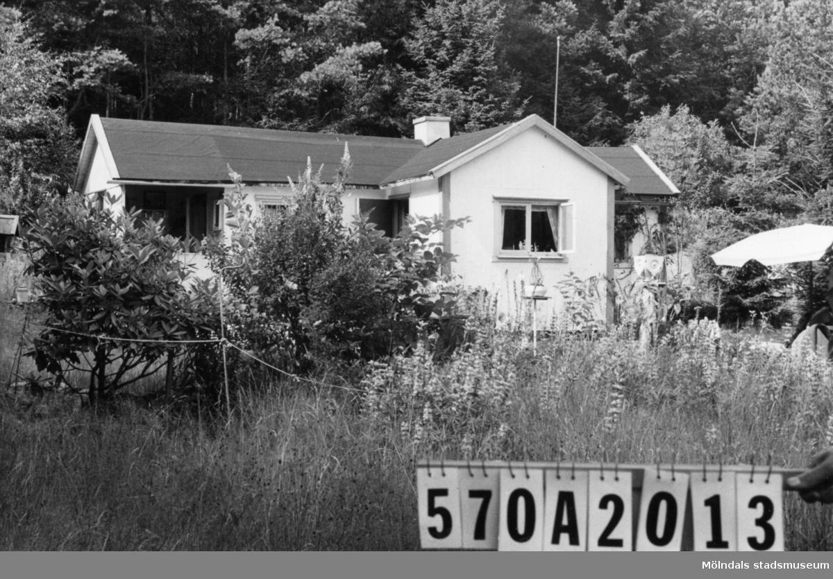 Byggnadsinventering i Lindome 1968. Bräcka (1:41). Hus nr: 570A2013. Benämning: fritidshus och redskapsbod. Kvalitet: dålig. Material: trä. Tillfartsväg: ej framkomlig.