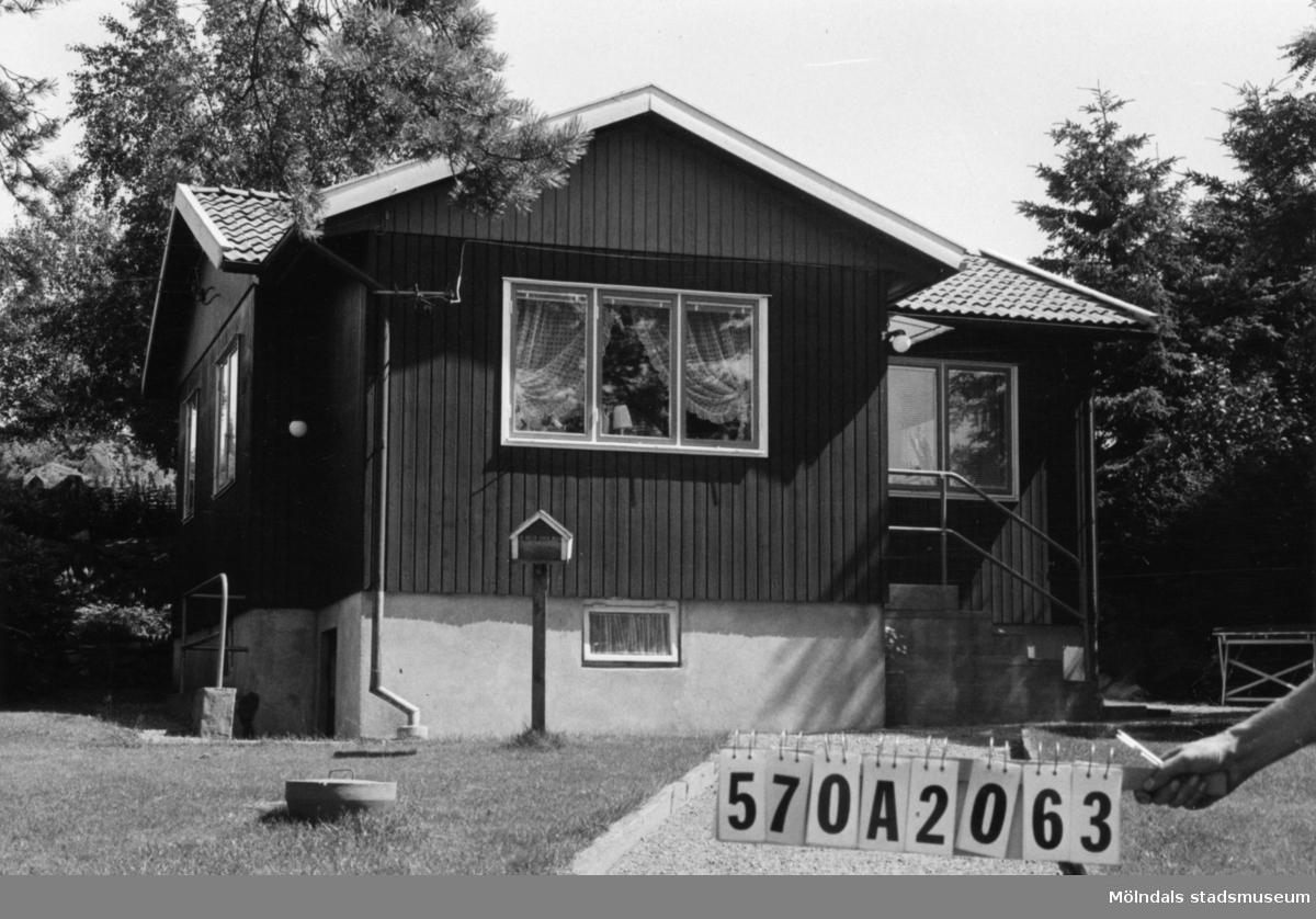 Byggnadsinventering i Lindome 1968. Gastorp 1:46. Hus nr: 570A2063. Benämning: fritidshus och redskapsbod. Kvalitet, fritidshus: mycket god. Kvalitet, redskapsbod: mindre god. Material: trä. Tillfartsväg: framkomlig.