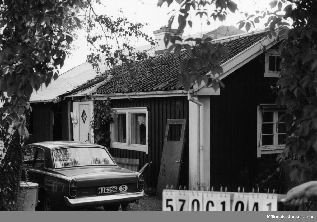 Byggnadsinventering i Lindome 1968. Dvärred 2:20. Hus nr: 570C1041. Benämning: permanent bostad, gäststuga och redskapsbod. Kvalitet, bostadshus och gäststuga: god. Kvalitet, redskapsbod: mindre god. Material: trä. Övrigt: tillbyggnad göres. Tillfartsväg: framkomlig. Renhållning: soptömning.