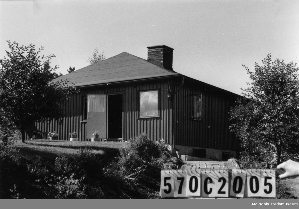 Byggnadsinventering i Lindome 1968. Dvärred 2:72. Hus nr: 570C2005. Benämning: fritidshus och redskapsbod. Kvalitet, fritidshus: mycket god. Kvalitet, redskapsbod: god. Material: trä. Övrigt: altan förbereds. Tillfartsväg: framkomlig. Renhållning: soptömning.