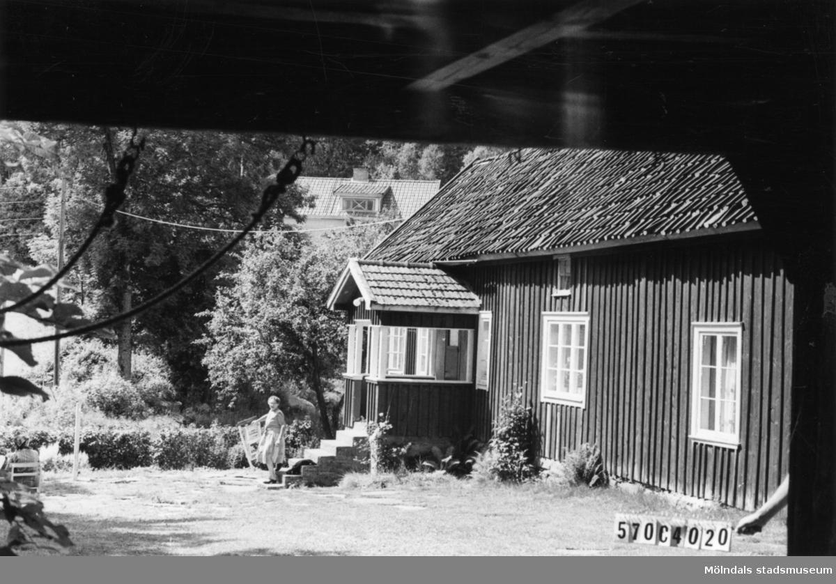 Byggnadsinventering i Lindome 1968. Dvärred 2:7. Hus nr: 570C4020. Benämning: permanent bostad och ladugård. Kvalitet, bostadshus: god. Kvalitet, ladugård: mindre god. Material: trä. Övrigt: fin gårdsgruppering. Tillfartsväg: framkomlig.