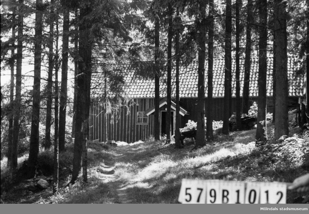 Byggnadsinventering i Lindome 1968. Lindome (9:1). Hus nr: 579B1012. Benämning: hönshus. Kvalitet: mindre god. Material: trä. Övrigt: ligger mycket vackert. Tillfartsväg: ej framkomlig.