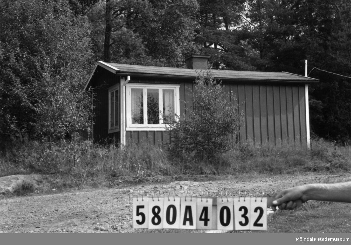 Byggnadsinventering i Lindome 1968. Hassungared 2:29. Hus nr: 580A4032, t. 580A4030. Benämning: fritidshus. Kvalitet: god. Material: trä. Byggnadslov: inga byggnadslovshandlingar finnes. Övrigt: lyser bra detta också. Anmärkning: nyttjas idag som fritidshus. Tillfartsväg: framkomlig.