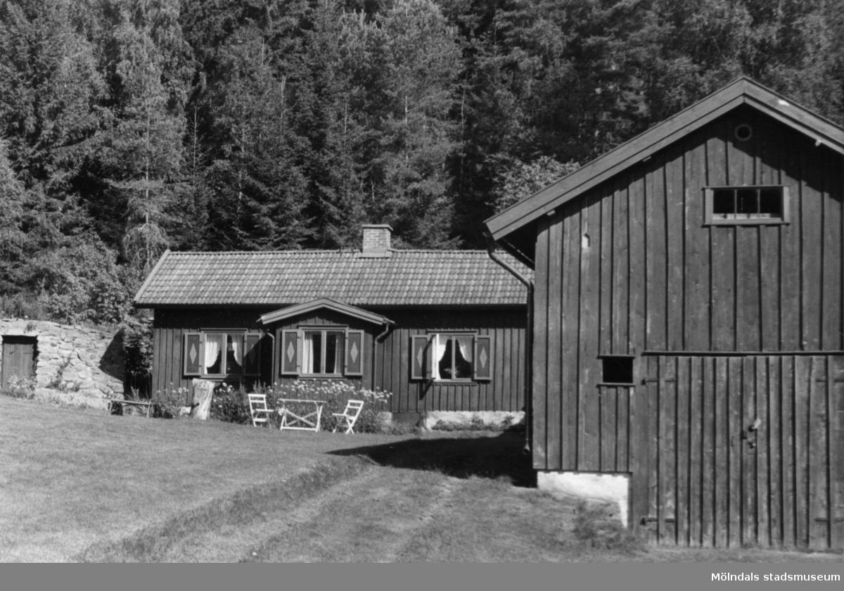 Byggnadsinventering i Lindome 1968. Annestorp 25:1. Hus nr: 092A4001. Benämning: fritidshus och ladugård. Kvalitet, bostadshus: god. Kvalitet, ladugård: mindre god. Material: trä. Tillfartsväg: framkomlig.