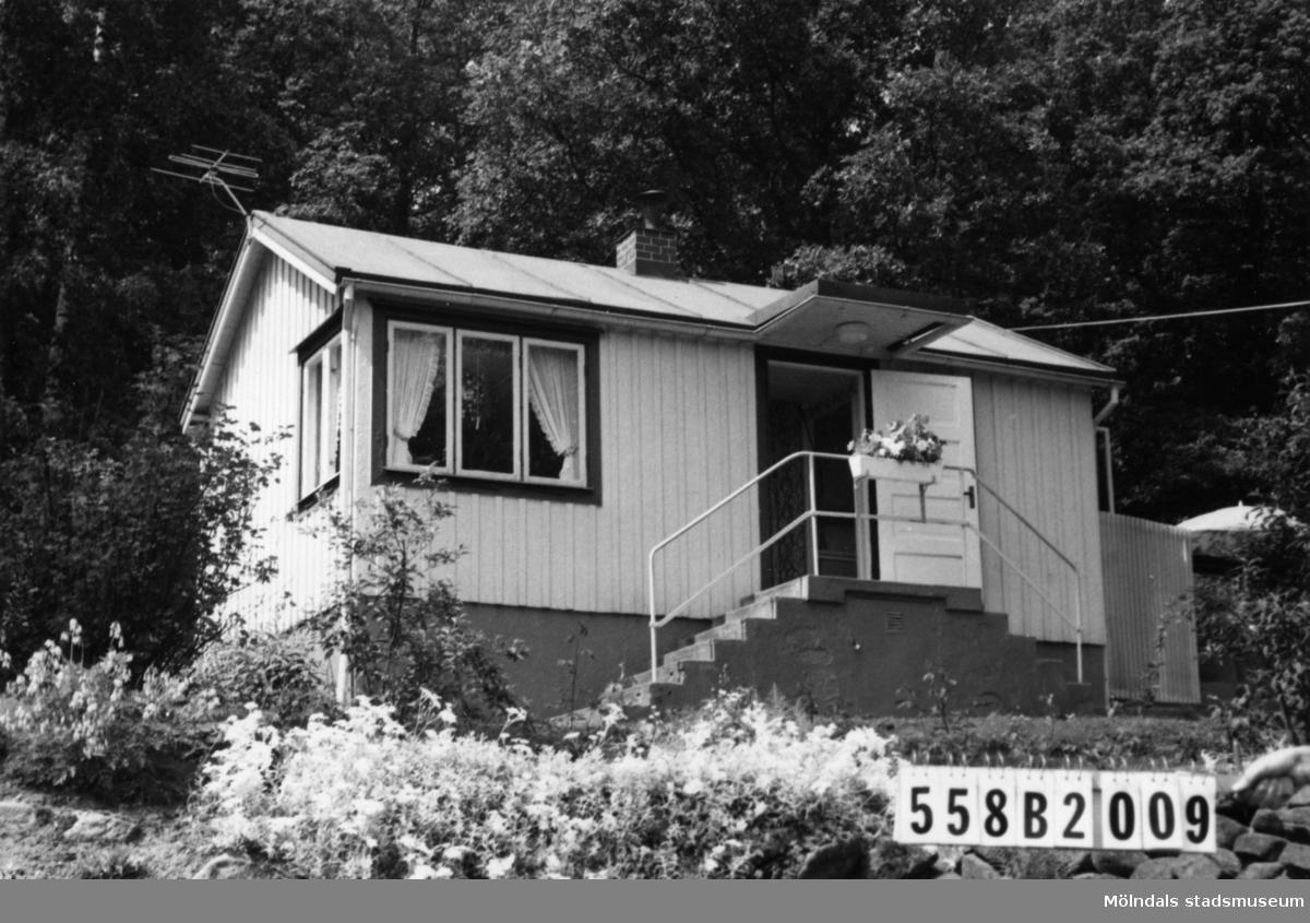 Byggnadsinventering i Lindome 1968. Kimmersbo 1:20. Hus nr: 558B2009. Benämning: fritidshus, gäststuga och redskapsbod. Kvalitet: god. Material: trä. Tillfartsväg: framkomlig.