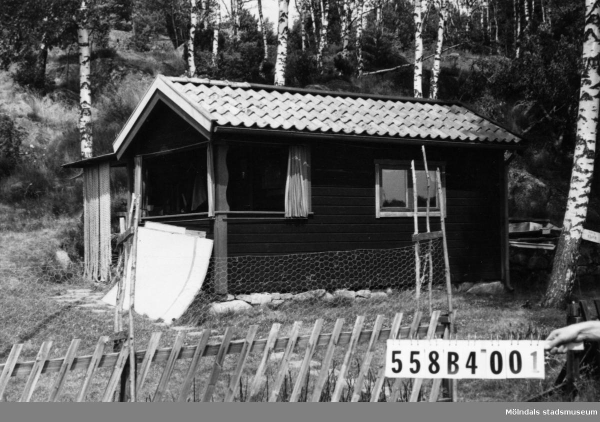 Byggnadsinventering i Lindome 1968. Dunsered 1:3. Hus nr: 558B4001. Benämning: fritidshus och redskapsbod. Kvalitet, bostadshus: god. Kvalitet, redskapsbod: mindre god. Material: trä. Tillfartsväg: framkomlig.