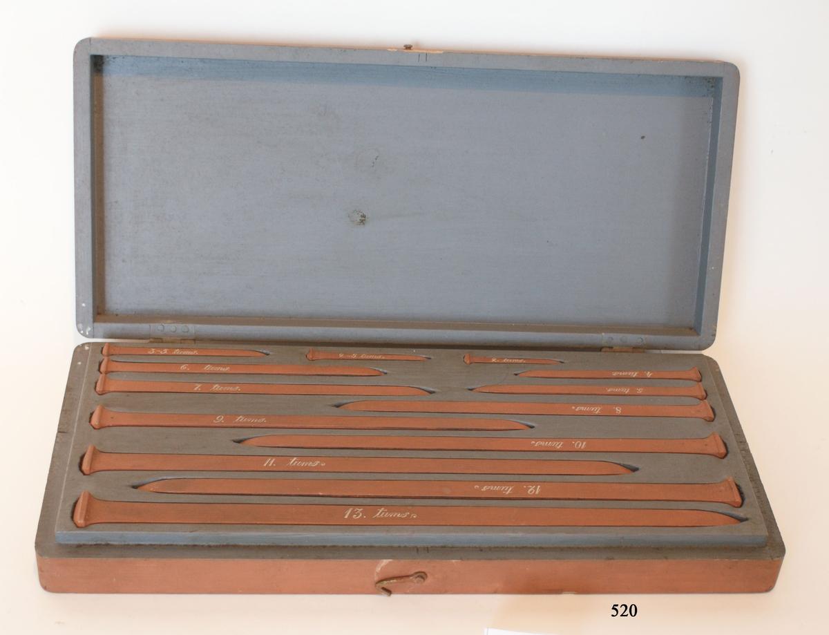 Kopparspik, modeller av trä, tillsammans 13 stycken, från 13 till 2 tum. Förvarade en brunmålad låda av trä.