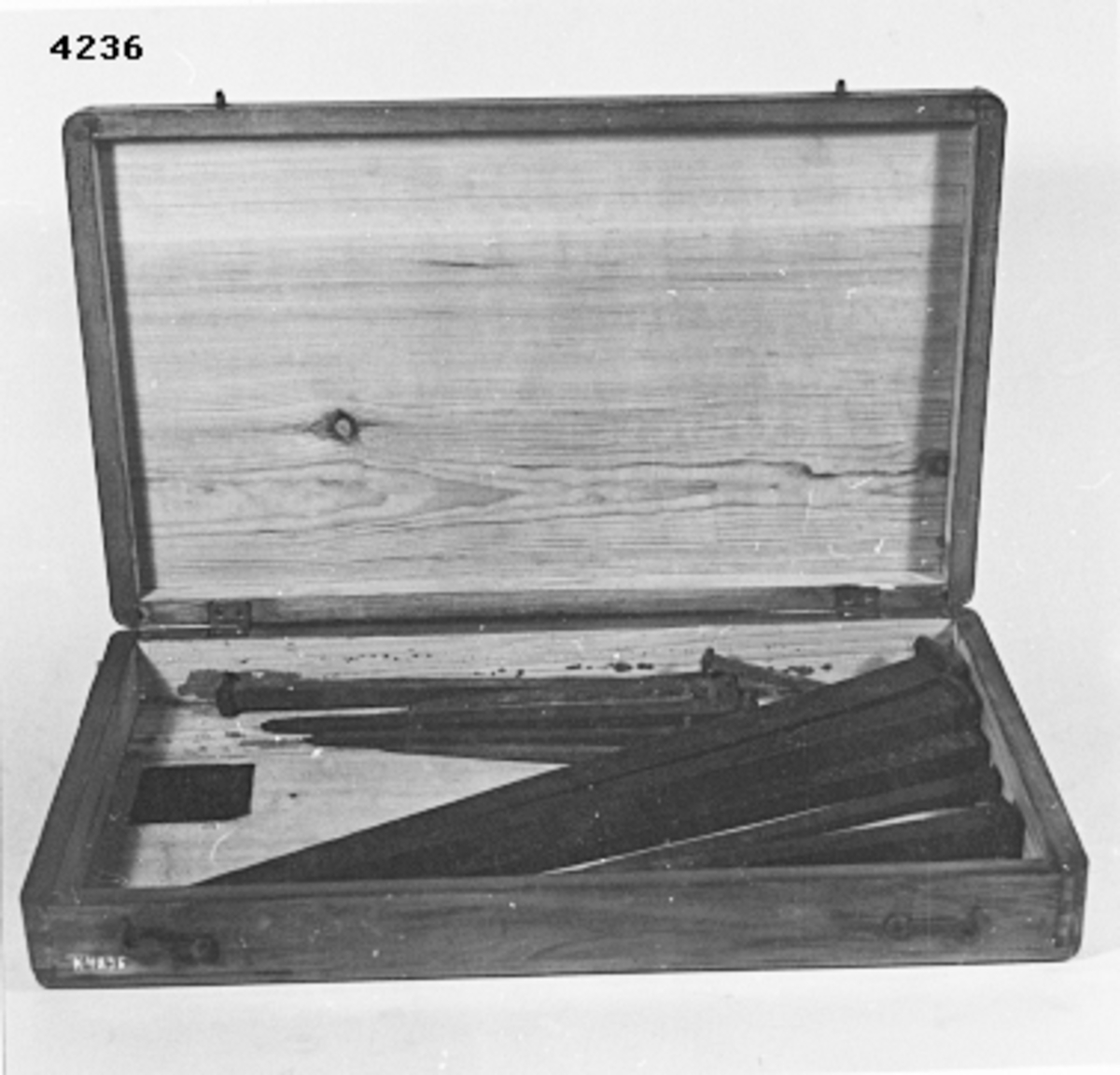 """Spik, roder-, av järn och smidda. 2 st 15,5"""". Förvarade i trälåda, fernissad, med lock."""