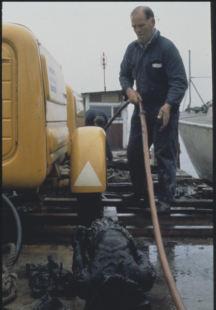 Övrigt: Dykarbasen Per Edvin Fälting är på väg att spola av en skulptur (fr Vasa) med en mjuk vattentråle. Skulptur 01729.