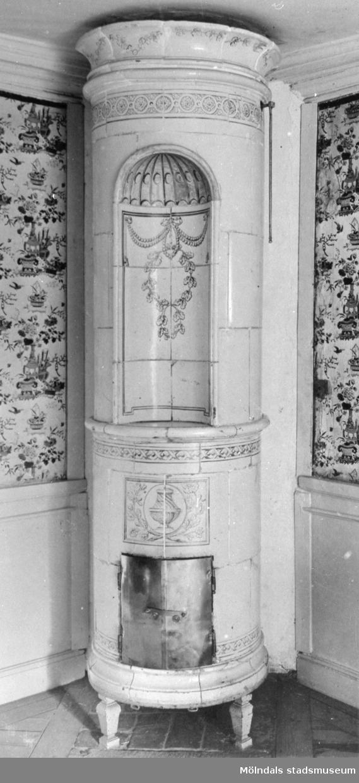 """Rund kakelugn i Gästsängkammaren, även kallad """"Kinesen"""". Gunnebo slott, 1930-tal."""