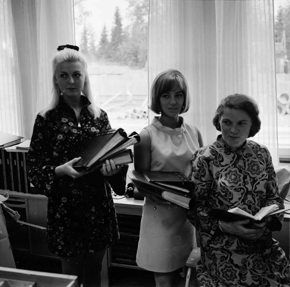 Kontoristerna Gunilla Wessén, Birgitta Lundström och okänd kvinna