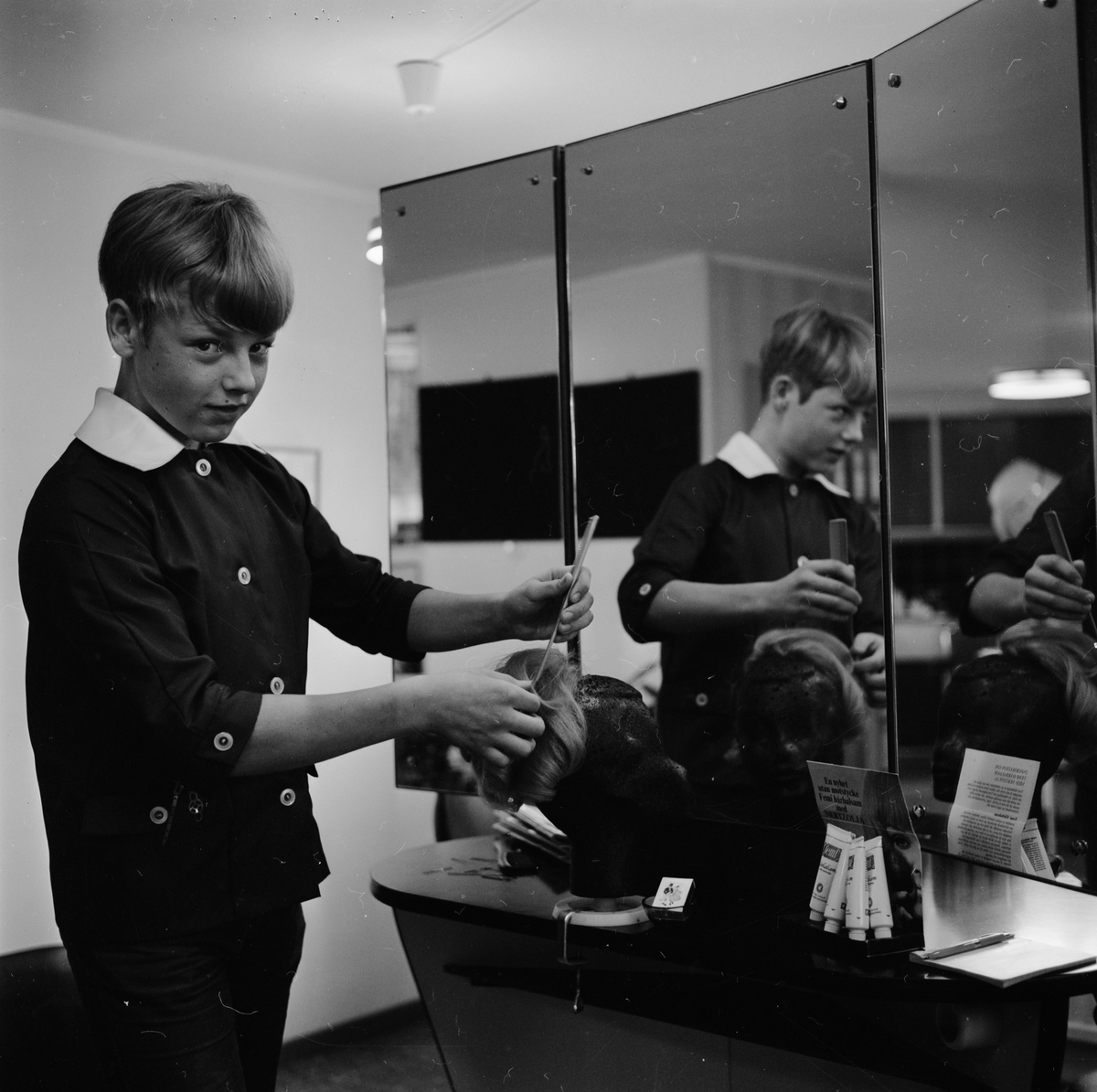 Pryon Jim skall bli manlig frisör, sannolikt Uppland oktober 1969