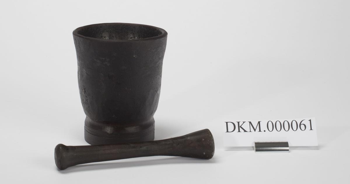 Morteren består av ett kar oge en støter / pistill. Karet er bredest øverst og smalner svakt mot bunnen.