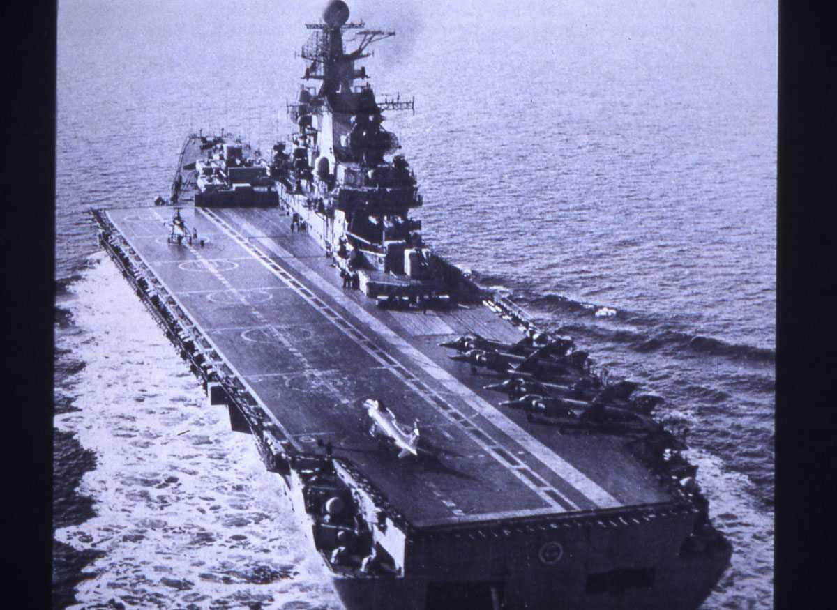 Russisk hangarskip av Kiev - klassen og heter Minsk.