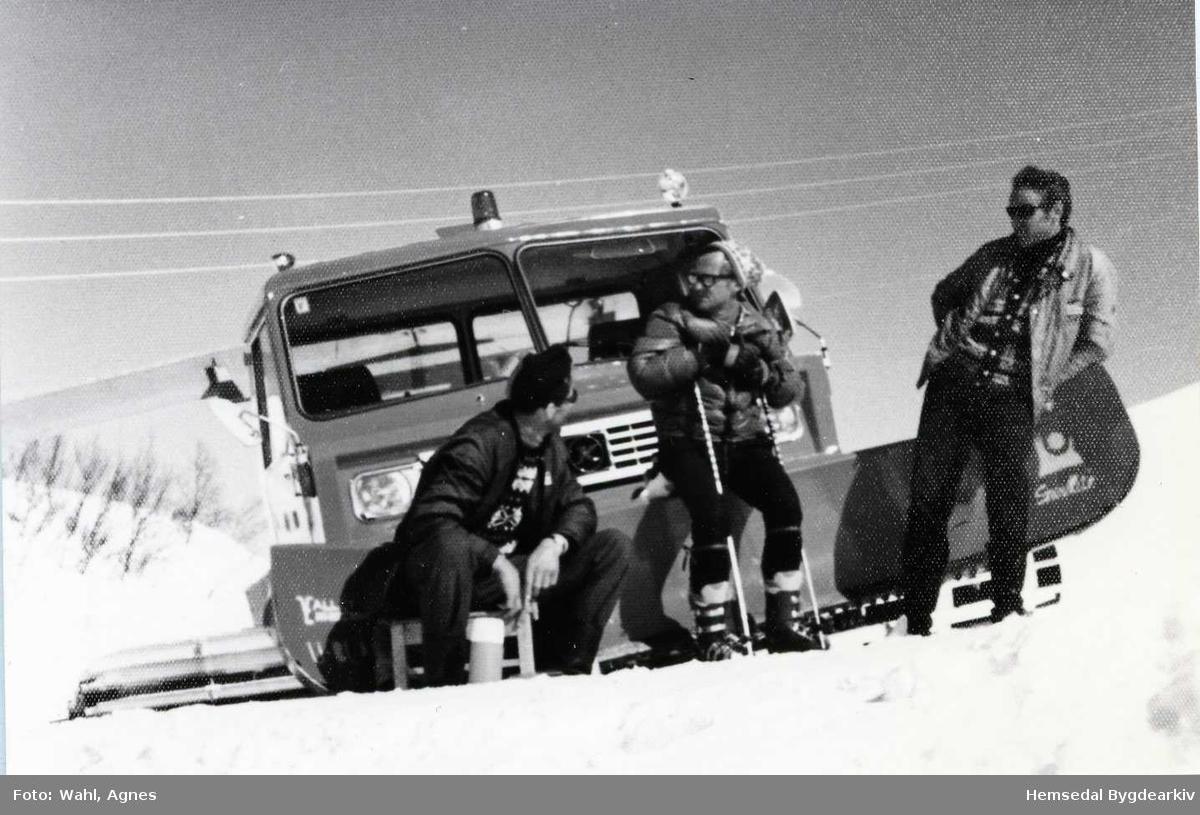 Hemsedal Skisenter i 1972. Frå venstre: Olav Dokk, Reidar (Bossen) Wahl og Kåre Thorset framfor den fyrste trakkemaskina med skjær.