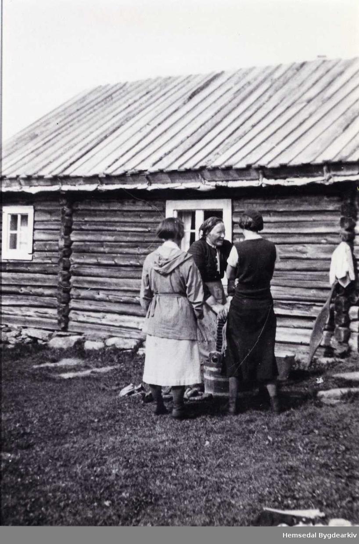 Ingrid Ålstveit får vitjing ved vaskestampen i Nøreli i Hemsedal, ca. 1930
