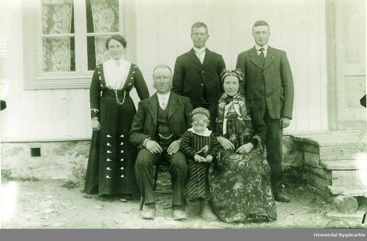 Ola og Ragnhild Jordheim med Birgit mellom seg. Bak frå venstre: Sigri Thorset, Jon Thorset og Aslak Jordheim. Alle frå Hemsedal. Fotografiet er frå 1916