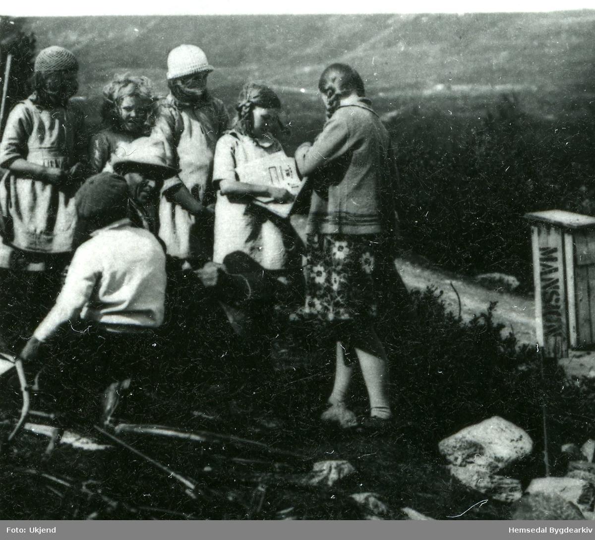 Svein Gunvaldgard kjem med posten til Lykkjagrenda i Hemsedal. Fotografiet er frå 1929.