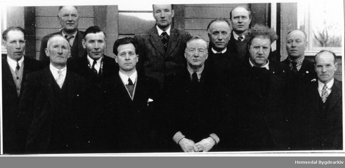 Heradstyret 1952 - 1955. Fyrste rekke frå venstre: Knut K. Torset, Wilhelm Wøllo, John Hjelmen, Olav Sletten, ordførar Ole Kirkebøen, Ola Lien, Svein Eikre, Nils Bekkevold og Olaf Engene. Andre rekke frå venstre: Ola K. Grøthe, Knut Markegård og Knut Skolt. Talet på kommunestyrerepresentantar var 12 slik det hadde vore sidan før hundreårsskiftet.