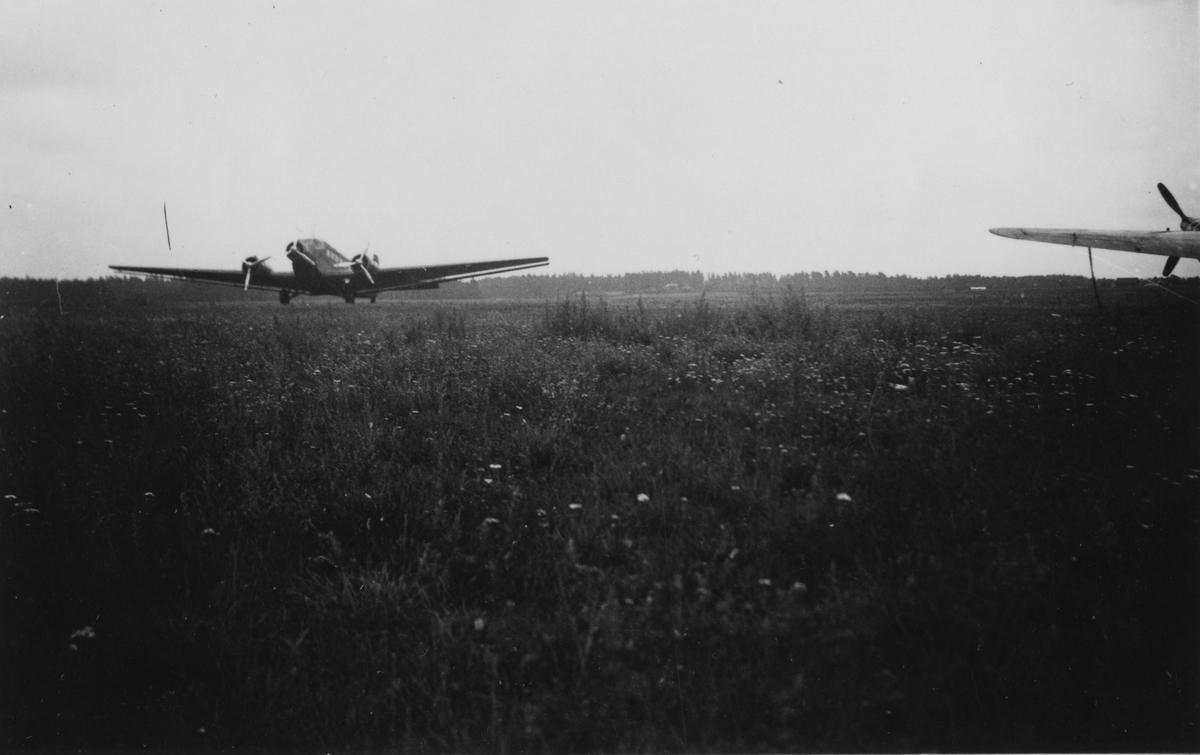Flygplan TP 5 landar på flygfält på F 3 Östgöta flygflottilj.