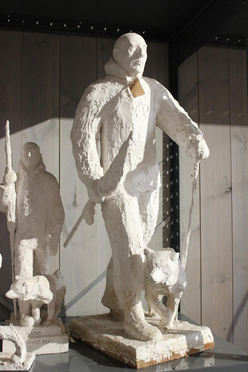 Skulptur i gips. Forarbeid til Roald Amundsen 1968. Ble Roald Amundsen monument i full størrelse. Ferdig 1972