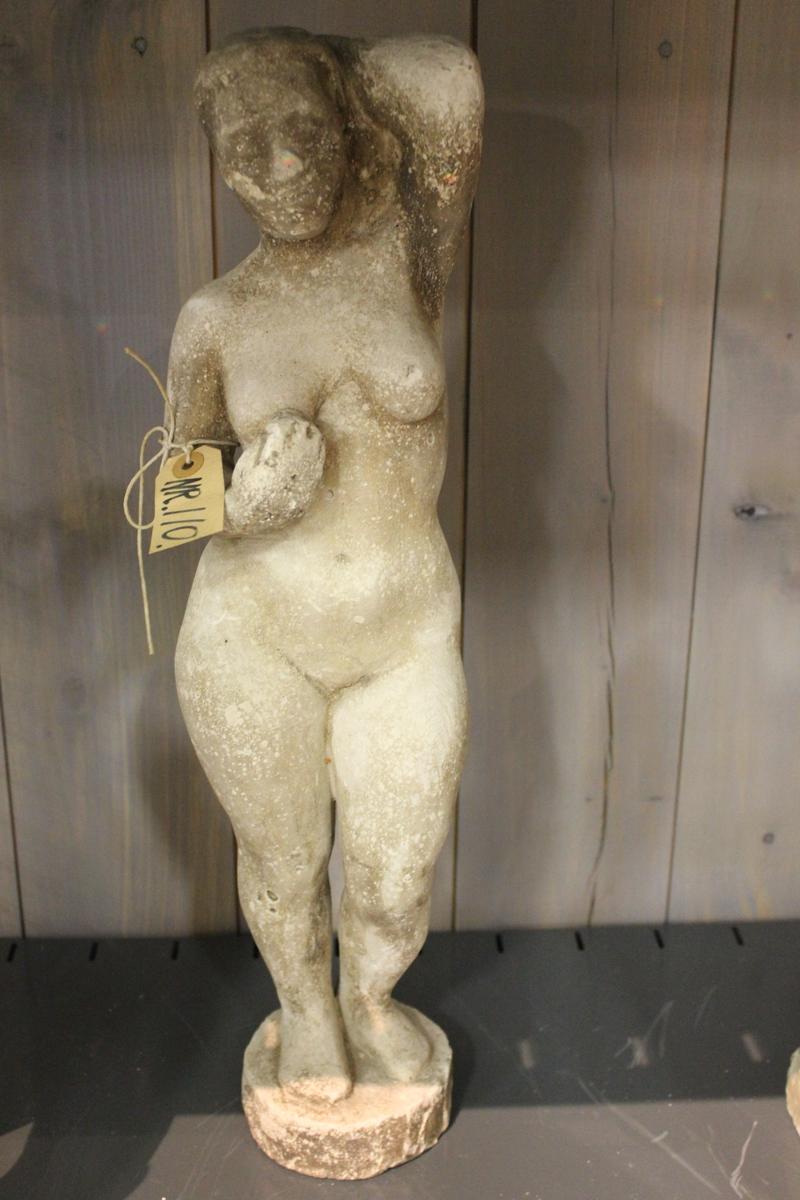 """Skulptur i gips av kvinne med en hånd i håret og en på brystet. (""""ROKOKKOPIKEN""""?)"""
